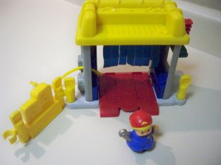 FISHER PRICE LITTLE PEOPLE PLAY SET CAR WASH 2002 WITH TOW TRUCK 1990